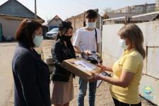 В Павлодаре дети медработников, задействованных в борьбе с коронавирусом, получили ноутбуки для дистанционного обучения
