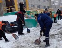 40 рабочих и 10 единиц техники борются с наледью на тротуарах Павлодара