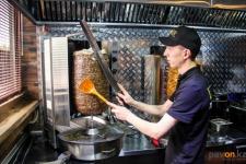 Владельцы уличных киосков с едой в Павлодарской области просят разрешить им работать после 22 часов