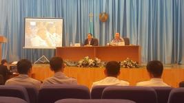Аким Павлодара вывел на экран фото спящего полицейского во время совещания