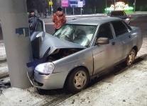 После ДТП на перекрестке улиц Павлодара один из автомобилей врезался в столб