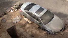 Строители засыпали автомобиль на парковке в Алматы
