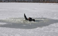 Несмотря на предупреждения, один рыбак все-таки провалился под лед в Павлодаре