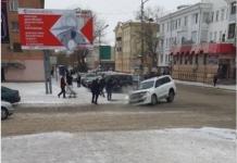 Асфальт провалился под внедорожником в центре Павлодара