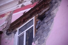 Часть стены жилого дома обрушилась в Павлодаре