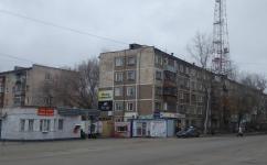 Жители пятиэтажки Павлова, 30 не могут провести ремонт труб отопления из-за торговых павильонов
