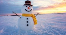 Гигантского снеговика лепят школьники из Павлодарской области