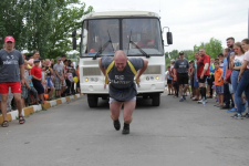 Житель Аксу протащил на себе четырехтонный автобус