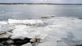 Трех подростков спасли со льдины на Иртыше