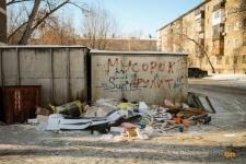 На горы бытовых отходов возле контейнеров снова жалуются павлодарцы