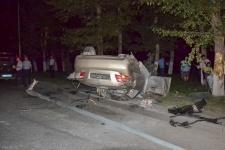 В Павлодаре в результате ДТП перевернулся автомобиль, попутно снеся дерево и столб уличного освещения