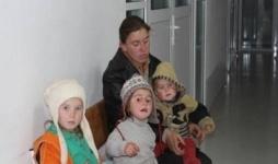 Мать с тремя детьми из леса привезли в детскую больницу в Уральске