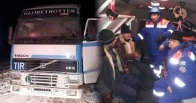 Сотрудники Центра медицины катастроф спасли четверых замерзающих дальнобойщиков