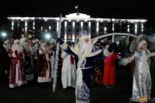 Парад Дедов Морозов и Снегурочек прошел в Павлодаре