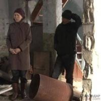 Многодетная семья, переселившаяся в Павлодарскую область, живет в разваленном доме