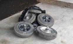 В Экибастузе мужчина продавал ворованные колеса от мусорных контейнеров