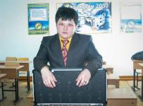 В Экибастузе теряющий зрение учитель математики просит помощи в сборе средств на операцию