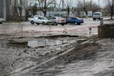 В Костанае сразу несколько машин провалились под землю