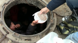 Женщина живет в колодце теплотрассы в Аксу после того, как ее выгнал из дома муж