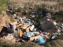На оставленную строителями яму, которая превращается в мусорный полигон, обратила внимание жительница Павлодара