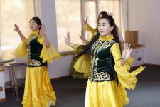 В Павлодаре студенты-иностранцы играют на домбре и изучают казахскую филологию