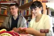 В Павлодаре молодёжь изготавливает из пряжи украшения для деревьев