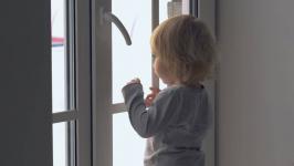 В Экибастузе ребенок закрыл маму на балконе