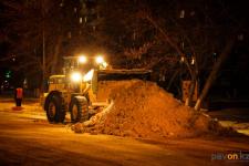 Коммунальные службы Прииртышья убирают снег в круглосуточном режиме
