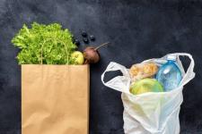 Павлодарцы не хотят переходить с пластиковых пакетов на бумажные