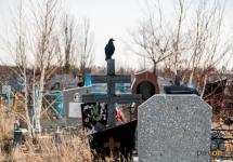 В Павлодаре некоторые жители, убирая могилы родственников, загрязняют соседние могилы