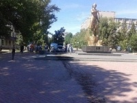 В Уральске автомобиль влетел в памятник Маншук Маметовой (фото)