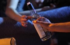 Павлодарские полицейские задержали подвыпившего родителя, который предлагал алкоголь своим детям
