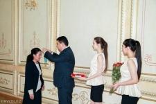 18 многодетных матерей Павлодарской области наградили подвесками «Алтын алка» и «Кумiс алка»