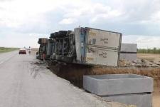 На трассе между Павлодаром и Экибастузом опрокинулась фура с пиломатериалами