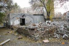 Свалка на месте бывших школьных теплиц: почему в Павлодаре не могут убрать недострой в центре города