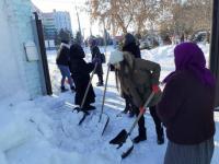 Павлодарские школьники помогли пожилым людям в уборке снега