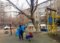 В Павлодаре обрабатывают детские и спортивные площадки