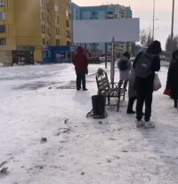 На центральной улице Павлодара ветер снес остановку