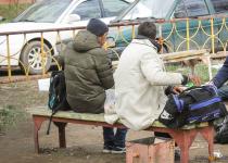 Пьяную компанию пришлось прогонять полицейским с детской площадки в Павлодаре