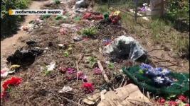 Работники кладбища и полицейские ищут виновника стихийной свалки рядом с могилами в Павлодаре