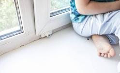 В одном из поселков Павлодарской области из окна квартиры на четвертом этаже выпал ребенок