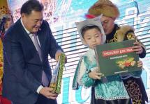 На новогодней ёлке 150 маленьких павлодарцев получили ноутбуки