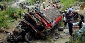В Китае 35 человек погибли в результате падения автобуса в ущелье