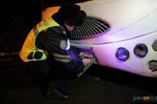 Павлодарские полицейские сняли автономер с припаркованного во дворе автобуса