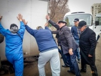 Акиму Павлодара пришлось толкать машину, угодившую в яму, оставшуюся после ремонта сетей