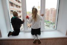 В Павлодаре бдительные горожане вызвали спасателей: двое детей стояли на подоконнике