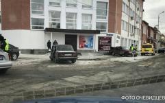В Павлодаре произошло ДТП, в результате чего одна из автомашин врезалась в здание