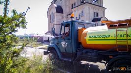 Павлодарские коммунальщики усилили полив цветов и деревьев из-за жаркой погоды