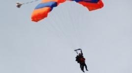 57-летняя жительница Павлодара прыгнула с парашютом в поддержку пенсионной реформы
