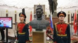 Казахстан передал музею в Москве бюст Талгата Бегельдинова